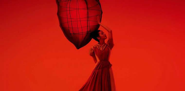 迪丽热巴封面大片 展现摩登浪漫新风格