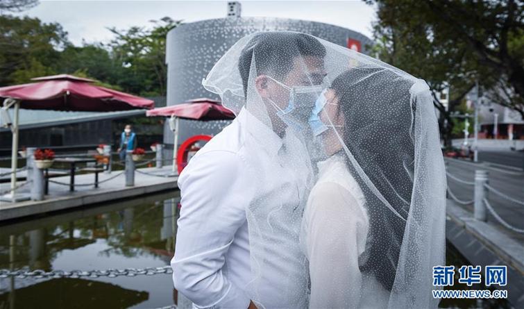 戴着口罩,我们结婚了