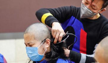高清组图|父亲亲手为女儿剪去长发