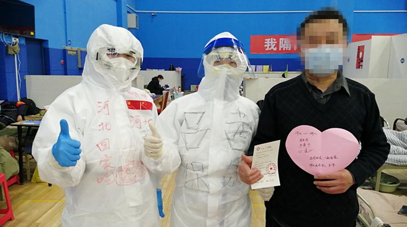 组图|好消息!武汉江岸方舱医院迎来首批出院患者
