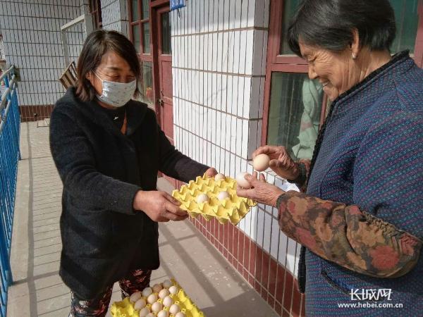 """【邯郸战""""疫""""·一线见闻】涉县:""""二换一""""废弃口罩换鸡蛋 有效减少二次污染"""
