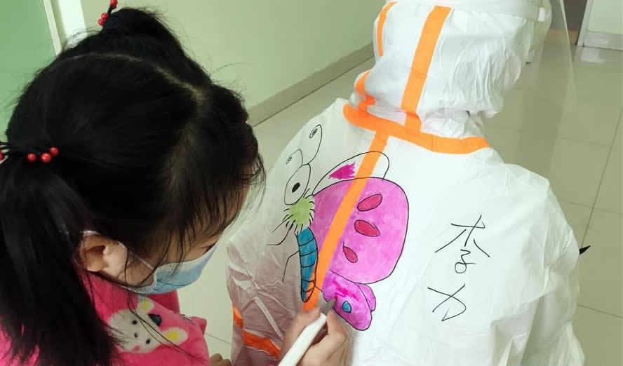 武汉:儿童病房里的卡通世界