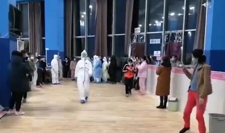 """【微视频】方舱医院,一场特殊的""""T台秀"""""""