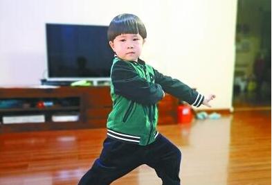 4岁娃背诵《千字文》打健身拳