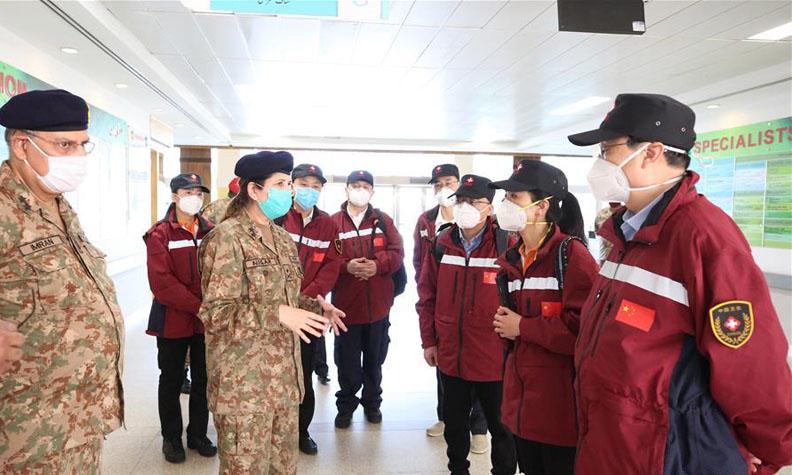 中国专家与巴医务人员交流