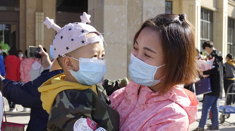"""【高清图组】萌娃接爸妈:""""我的超级英雄回来啦"""""""