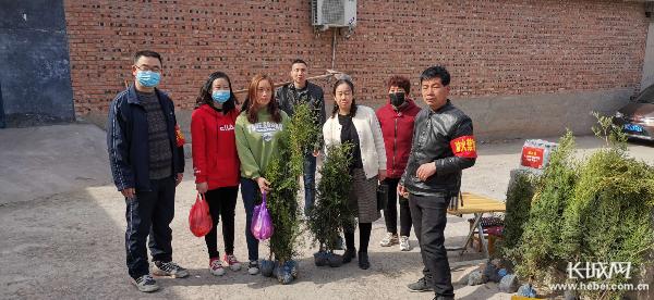 磁县:清明倡导文明祭祀 免费向群众发放树苗