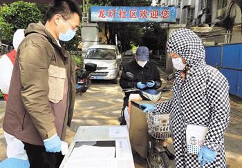 武汉社区工作者:一刻不松劲,持续加强小区防控