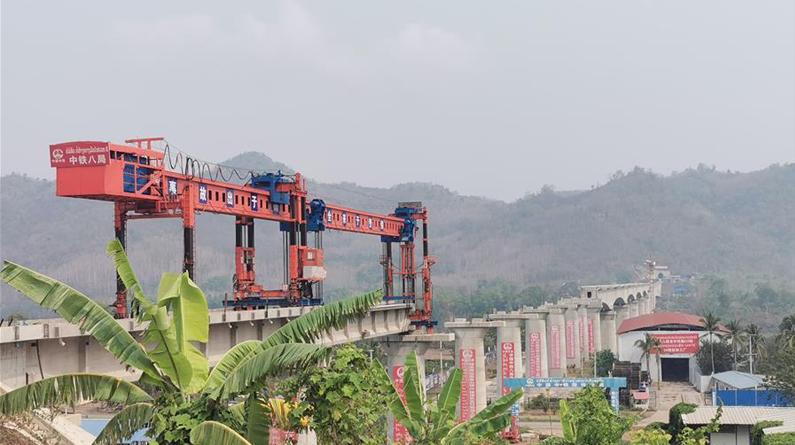 中老铁路跨湄公河特大桥开始架梁