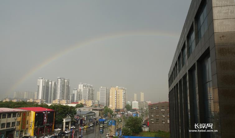 定州主城区迎短时强降水 风雨后天空现彩虹奇观