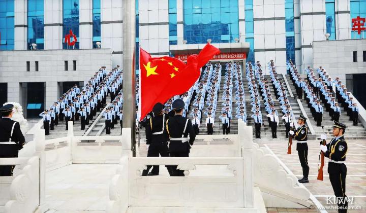 滄州市多地舉行迎國慶升旗儀式