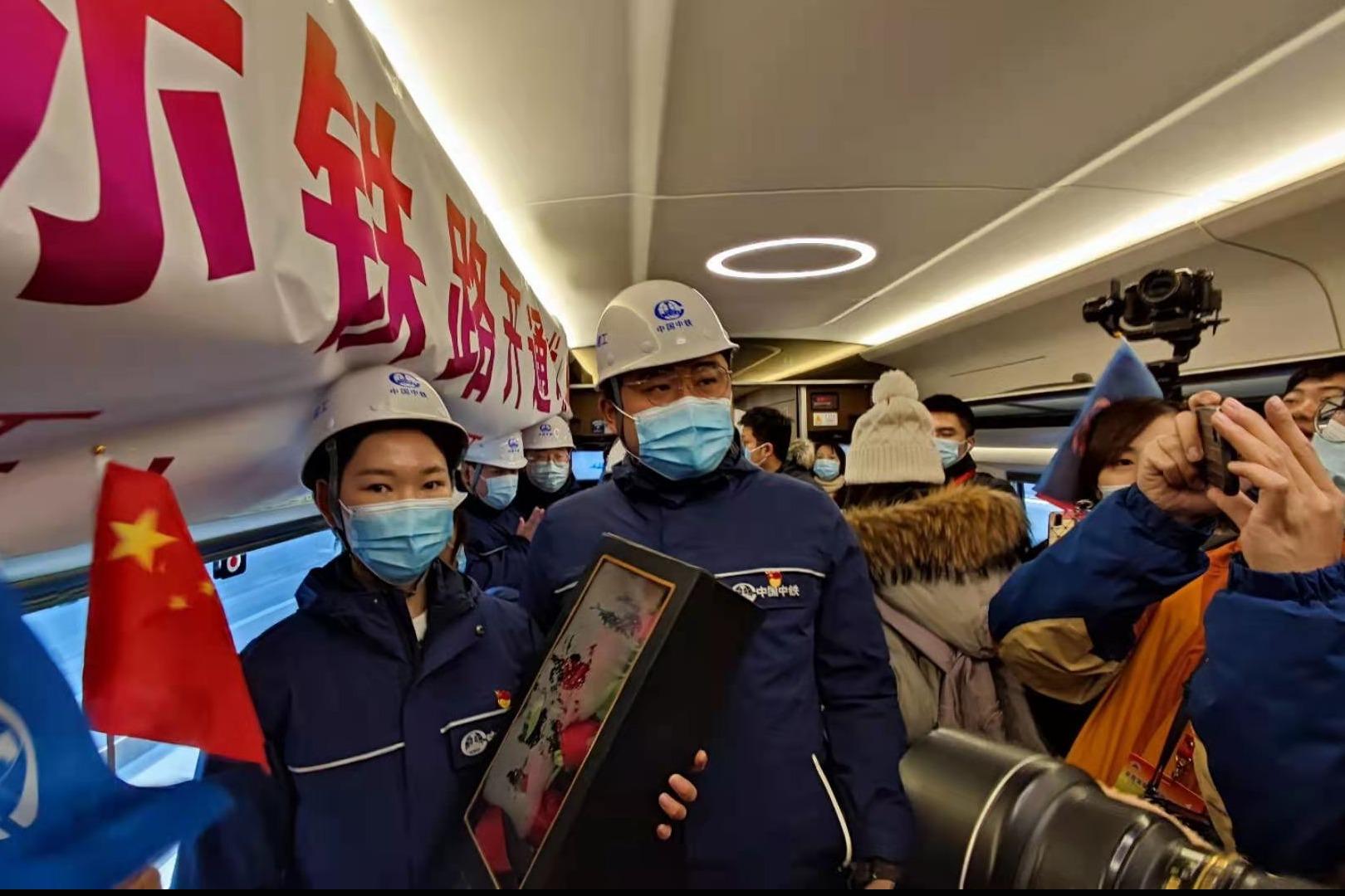 """""""张晶嫁给我""""雄安站建设者在首趟列车上求婚"""