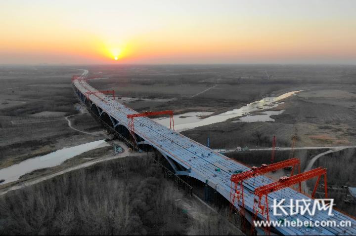 中铁山桥集团承建白沟河特大桥成功合龙