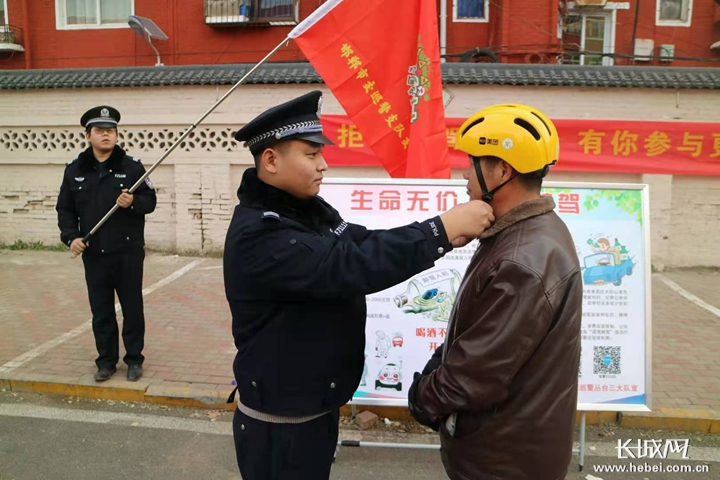 邯郸丛台区:劝导群众做安全出行