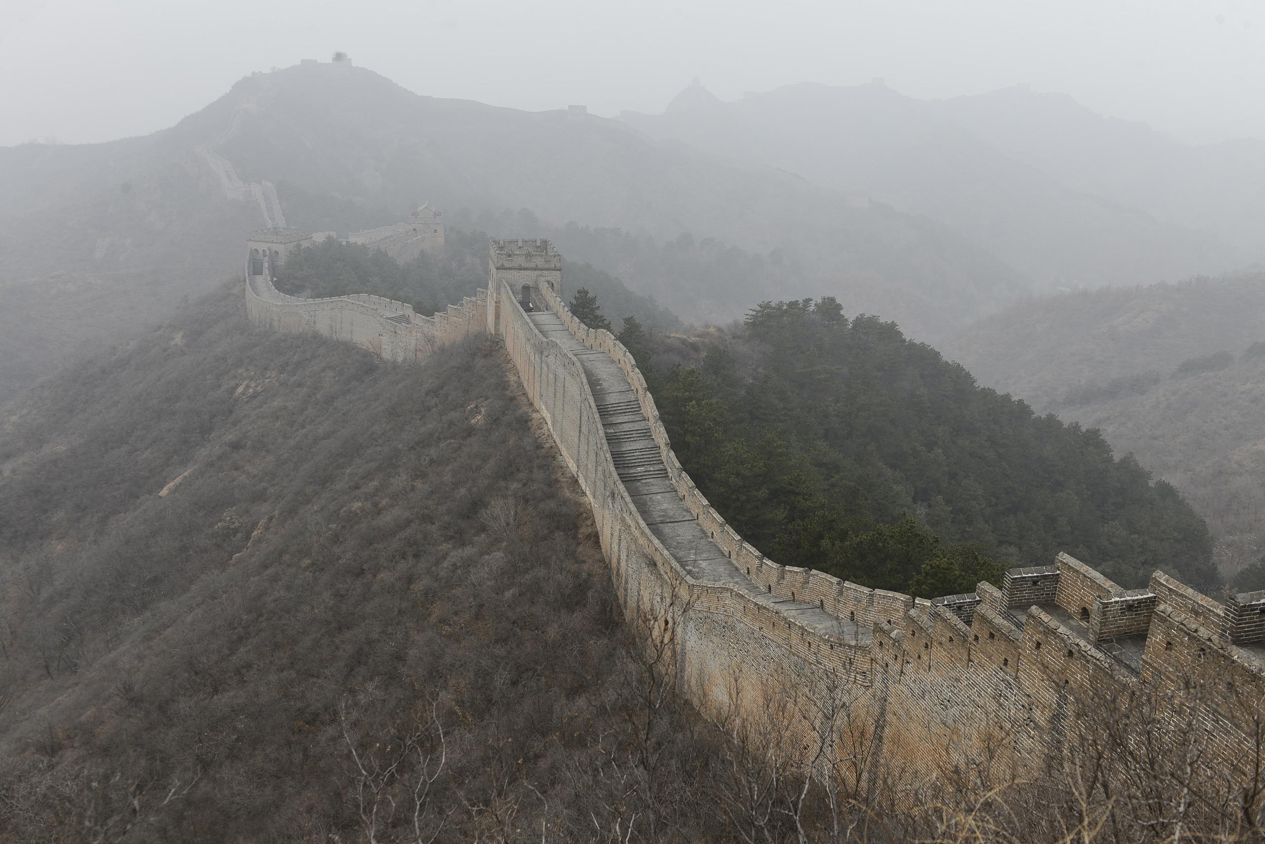 河北承德:雾锁金山岭长城
