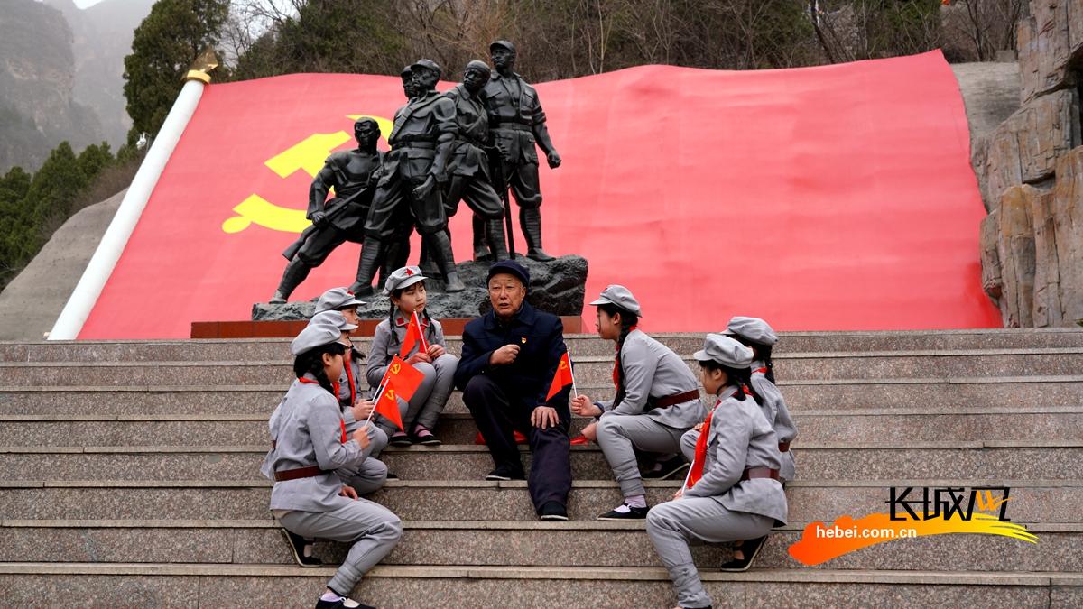 河北易县:红歌快闪颂党恩 红色基因薪火传