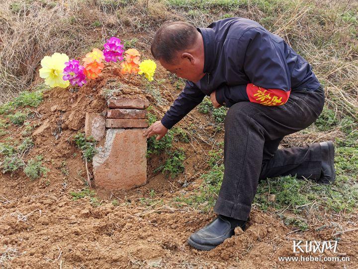 为让烈士回家 两代人守护一座墓62年