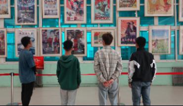 石家庄八旬老党员举办红色电影海报展