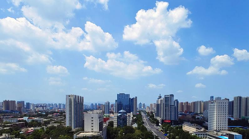 河北石家庄:白云朵朵美如画