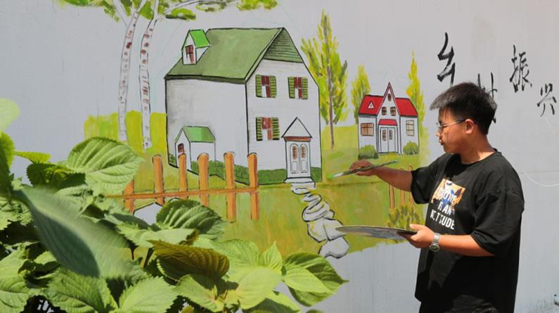 河北秦皇岛:大学生彩绘墙体助力人居环境整治