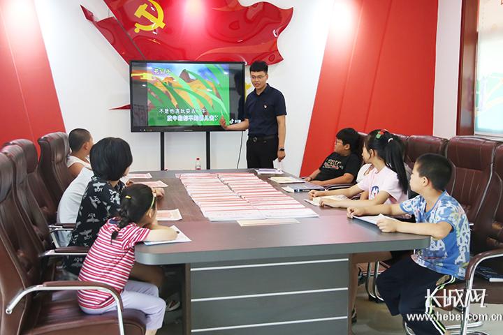 """关注沧州:党史馆里过暑假 童心向党""""别样红"""""""