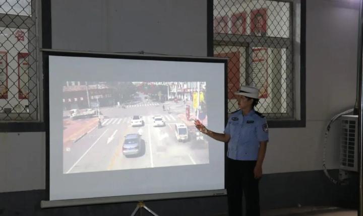 河北衡水交警开展巡回宣传电影下乡宣传活动