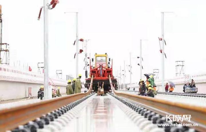 河北玉田:京唐城际铁路铺轨作业持续推进
