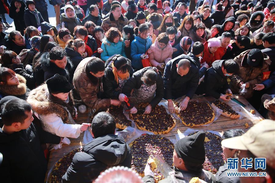 河北平山举行千人年糕宴